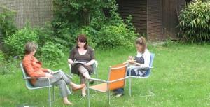 Übungsgruppe im Garten